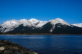 Azure Sky and Snow Capped Mountains Around the Turnagain Arm in the Great Alaskan Wilderness. — Stock Photo