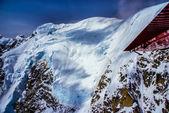 Alaska wilderness, denali milli parkı, alaska dağ üstüne bulut gözlüklü blue ice kar paketi havadan görünümü. — Stok fotoğraf