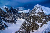 Irmak kolları bir buzulun içinde denali milli parkı, alaska, alaska dağların havadan görünümü. — Stok fotoğraf