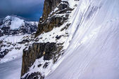 Denali milli parkı, alaska, alaska dağların sarp sarp kaya cliff görünümünü kapatmak. — Stok fotoğraf
