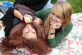 Deux heureux fin de l'adolescence filles — Photo