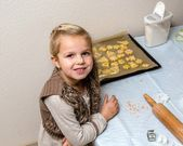 Little girl make cookies — Stock Photo