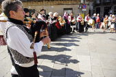 Galician musicians play their gaita (galician bagpipe) in honor of Saint James Day in Santiago, Spain. — Stock Photo