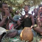 Hamer men drink traditional beer near Dimeka village in Omo Valley, Ethiopia. — Stock Photo