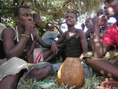 Hamer men drink traditional beer near Dimeka village in Omo Valley, Ethiopia. — Stock Photo
