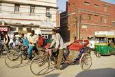 Indyjski riksza mężczyzn w ruchliwej ulicy w new delhi, indie. — Zdjęcie stockowe