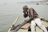 Indian boatman drinks water from Ganga river in Varanasi, India. — Stock Photo