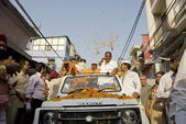People welcome their candidate to the Parliament of India in New Delhi. — Stock Photo