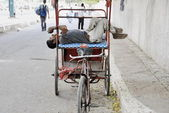 Rickshaw man rests on his rikshaw in Delhi, India. — Stock Photo