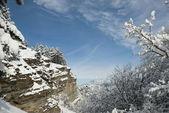 Acantilado cubierto de nieve en las montañas de crimea. — Foto de Stock