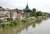 City view in Srinagar with ancient mosque in the background. — Stock Photo