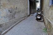 Narrow pedestrian alleyway in Varanasi, India. — Stock Photo