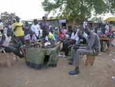 Shoe shiners wait for their clients at a market of Juba, South Sudan. — Stock Photo