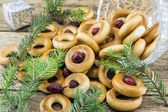 Closeup of a group of assorted bagels on a wood table top with b — ストック写真