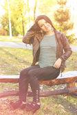 屋外のベンチに座っている女の子 — ストック写真