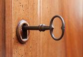 Vieja llave en una cerradura — Foto de Stock