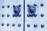 Metal Knocker on the door in the Forbidden City in Beijing, chin — Stock Photo