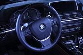 Motor bmw volant v autě prodejnu — Stock fotografie