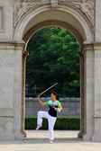 A lady in practicing Swordsmanship in front of the Triumphal Arc — Stock Photo
