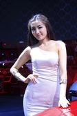 Lindo modelo feminino em uma exposição de carros, china — Fotografia Stock