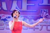 η διάσημη τραγουδίστρια guo tao τραγουδώντας τραγούδια στη σκηνή, κίνα — Φωτογραφία Αρχείου