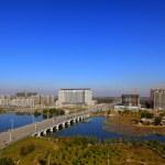 Bridge across a river, city Scenery — Stock Photo