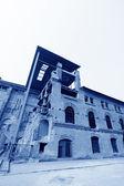Baufällige gebäude in einer fabrik — Stockfoto