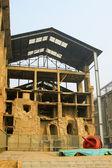 Edificio en ruinas en una fábrica — Foto de Stock
