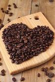 Kavrulmuş kahve çekirdeği kalp. aşk sembolü — Stok fotoğraf