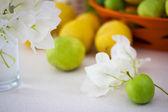 Piccola mela verde con foglie bianche — Foto Stock