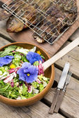 花沙拉和烤的鱼 — 图库照片