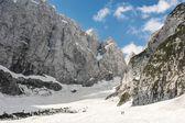Vallée alpine dans la neige de printemps — Photo
