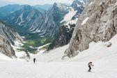 Valle alpina, coperta di neve di primavera — Foto Stock