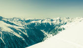 Alpine valley surrounded with mountains — ストック写真