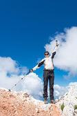 Junge Frau, die auf einem Berg zu feiern — Stockfoto
