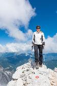 женщина, стоя на вершине горы — Стоковое фото