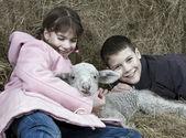 Deux enfants avec un agneau — Photo