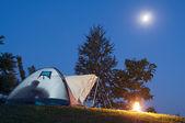 Zelt in der Dämmerung mit Mond und Feuer horizontale — Stockfoto