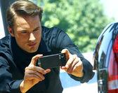 Facet biorąc zdjęć z telefonów komórkowych — Zdjęcie stockowe