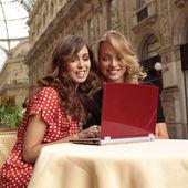 Empresárias felizes com laptop lll — Foto Stock
