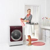 Huisvrouw houdt wasmiddel — Stockfoto
