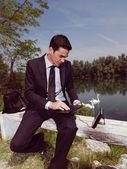 Using PDA outdoors yuju — Stock Photo