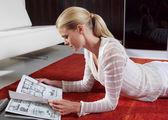 Kvinna läser tidningen l — Stockfoto