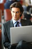 Biznesmen siedzi w b lotnisko — Zdjęcie stockowe