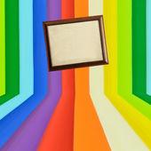 Ročník dřevěný fotorámeček na kreativní barevné zdi — Stock fotografie
