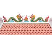 Chiński smok statua na dachu na białym tle — Zdjęcie stockowe