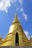 Phra Sri Ratana Chedi coverd with foil gold in the inner Grand Palace — Stock Photo
