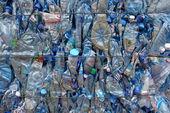 Recycling blauwe flessen — Stockfoto