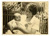 винтаж фото: мать и дитя — Стоковое фото