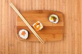 Japan sushi rullar på bambu — Stockfoto